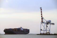 Frachtschiff mit Versandverpackungen Lizenzfreie Stockfotos