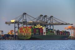 Frachtschiff mit Versandverpackungen Lizenzfreies Stockfoto