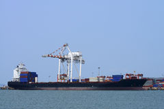 Frachtschiff mit Versandverpackungen Stockfotos
