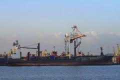 Frachtschiff mit Versandverpackungen bei Thailand Lizenzfreie Stockfotografie