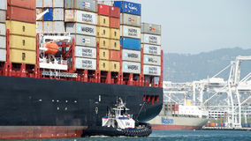 Frachtschiff MSC BRUNELLA, die den Hafen von Oakland kommt stockfotos