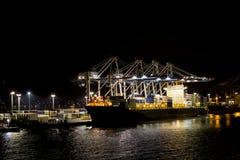 Frachtschiff nachts Lizenzfreie Stockfotos