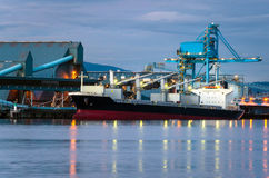 Frachtschiff nachts Lizenzfreie Stockfotografie