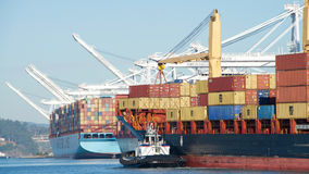 Frachtschiff NIKOLAS, der den Hafen von Oakland betritt lizenzfreies stockbild
