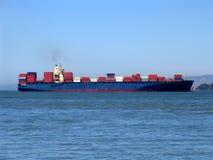 Frachtschiff in San Francisco Bay lizenzfreie stockbilder