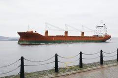 Frachtschiff-Schiffcontainer-Fördermaschinentransport auf dem Seeozean, zum des Docks zu tragen lizenzfreie stockbilder