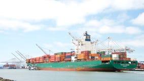 Frachtschiff SEASPAN HAMBURG, das den Hafen von Oakland kommt stockbild