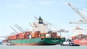 Frachtschiff SEASPAN HAMBURG, das den Hafen von Oakland kommt Lizenzfreie Stockfotografie