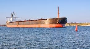Frachtschiff und Boje. Stockfoto