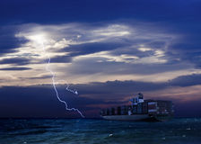 Frachtschiff und der distan Sturm Lizenzfreies Stockbild