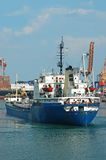 Frachtschiff und Hafenkran Stockfotografie