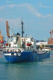 Frachtschiff und Hafenkran Stockbilder