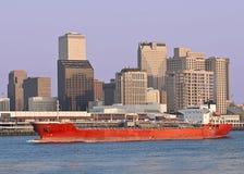 Frachtschiff und New- OrleansSkyline Lizenzfreie Stockbilder