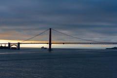 Frachtschiff unter dem Golden Gate Lizenzfreie Stockfotografie