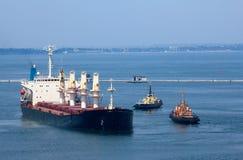 Frachtschiff verlässt Kanal lizenzfreies stockbild