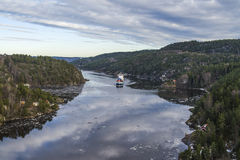 Frachtschiff, welches das ringdalsfjord verlässt Stockbild