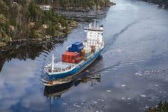Frachtschiff, welches das ringdalsfjord verlässt Stockfotos