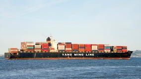 Frachtschiff YM PFLAUME in San Francisco Bay Lizenzfreie Stockfotografie
