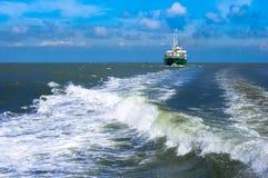 Frachtschiff zurück zu dem habor lizenzfreies stockbild
