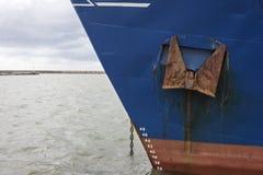 Frachtschiffbug im Hafen Stockfotos