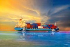 Frachtschiffcontainer und -segeln im Meer stockfotografie