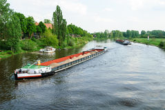 Frachtschiffe auf einem Fluss Stockfoto
