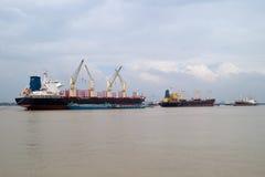 Frachtschiffe auf Saigon Fluss lizenzfreie stockfotos