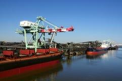 Frachtschiffe an der Erdölraffinerie Stockfoto