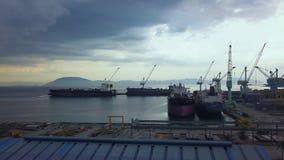 Frachtschiffe, die auf Parkplatz in der Seehafenvogelperspektive stehen Frachterschiff in der Werftbrummenansicht von oben stock video