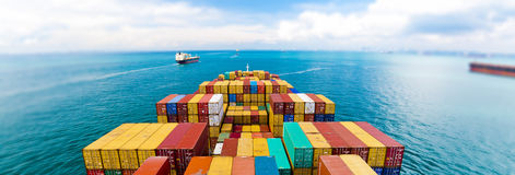 Frachtschiffe, die einen der beschäftigtsten Häfen in der Welt, Singapur eingeben Lizenzfreie Stockbilder