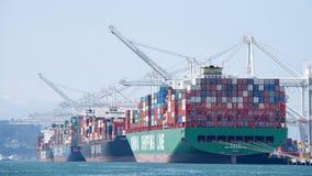 Frachtschiffe, die am Hafen von Oakland laden Stockbild