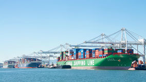 Frachtschiffe, die am Hafen von Oakland laden Stockbilder