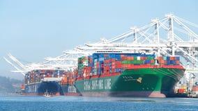 Frachtschiffe, die am Hafen von Oakland laden Lizenzfreies Stockbild