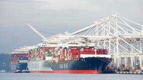 Frachtschiffe, die am Hafen von Oakland laden Stockfotografie