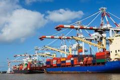Frachtschiffe am Hafen Stockfotografie