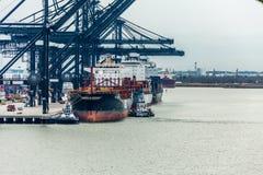 Frachtschiffe im Hafen Stockfotos