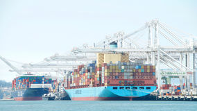 Frachtschiffe koppelten am Hafen von Oakland an Lizenzfreies Stockbild