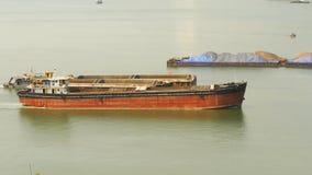 Frachtschiffe schwimmen nahe einander und Baumaterialien oder Sand transportierend Timelapse Stockbild