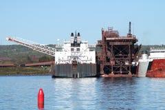 Frachtschiffe und Kran am Verladedock im Oberen See Minnesota Lizenzfreies Stockfoto