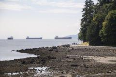 Frachtschiffe vor Küste Stockfoto