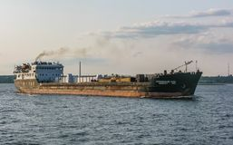 Frachtschiffsegel entlang der Wolga nahe Kasan, Russland lizenzfreie stockfotografie