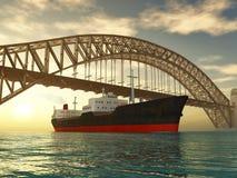 Frachtschiffsegel unter Brücke stockfoto