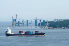 Frachtschiffsegeln des Behälterinternationalen handels lizenzfreie stockfotografie