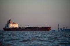 Frachtschiffsegeln durch Buenos Aires Argentinien Lizenzfreies Stockbild