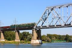 Frachtserie auf der Eisenbahnbrücke stockbild
