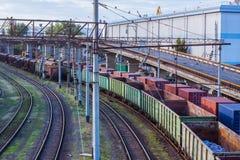 Frachtstation im Seehafen mit leeren Zügen Stockfotos