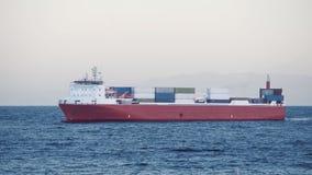 Frachttransport auf einem Frachtschiff mit Seebehältern stock video