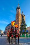 Frachty dla jeździeckich turystów na tle Mariacki katedra Obraz Stock