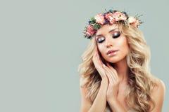 Fractalbild der Blumen Schöne junge Frau mit Blumen Stockfotografie