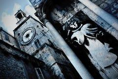 Fractionnement - vieilles tour d'horloge et sculpture en saint Image libre de droits